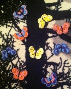 Virkatut perhoset puussa_